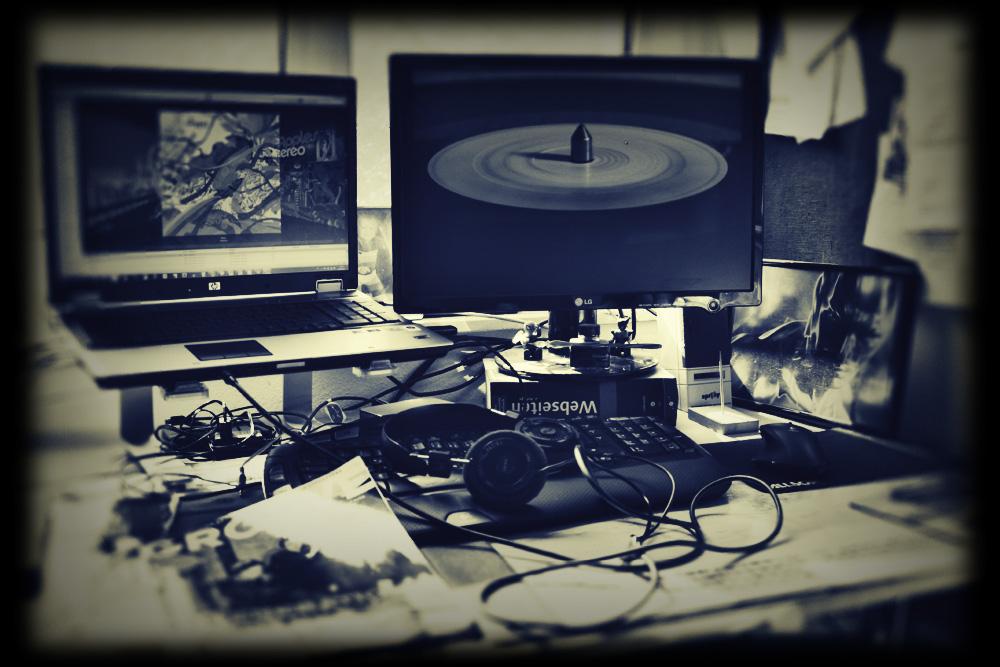 Analoges digital auf Schreibtisch und Monitor